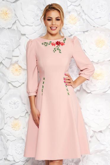 2bca7df237 Világos rózsaszín LaDonna elegáns hímzett harang ruha enyhén elasztikus  szövet háromnegyedes ujjú