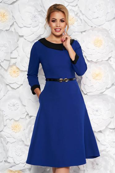 Kék elegáns harang ruha enyhén rugalmas szövetből öv típusú kiegészítővel