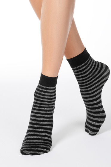 Fekete zoknik lekerekitett fémes szállal