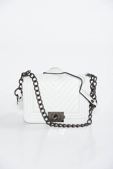 Fehér casual műbőr táska hosszú lánc típusú pánt valamint rövid