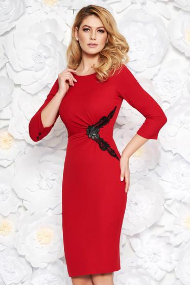 Piros elegáns midi ceruza ruha finom tapintású anyag belső béléssel csipke díszítéssel