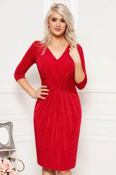 Piros alkalmi midi ruha fényes anyagból béléssel és v-dekoltázzsal