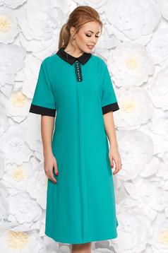 Zöld elegáns midi bő szabású ruha finom tapintású anyag zsebes gyöngyös díszítés