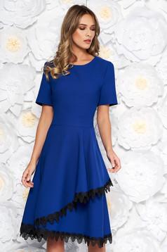 Kék elegáns midi harang ruha vékony, rugalmas szövetbőé csipke díszítéssel fodrokkal