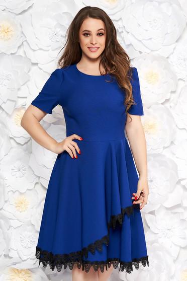 ccf0459ebb Kék elegáns midi harang ruha vékony, rugalmas szövet csipke díszítéssel  fodrokkal