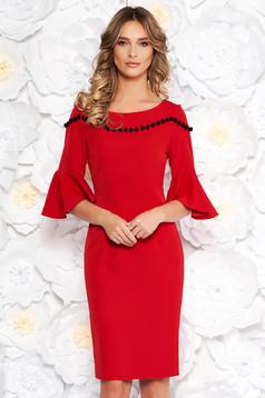 Piros elegáns ceruza ruha finom tapintású anyag harang ujjakkal bojtos
