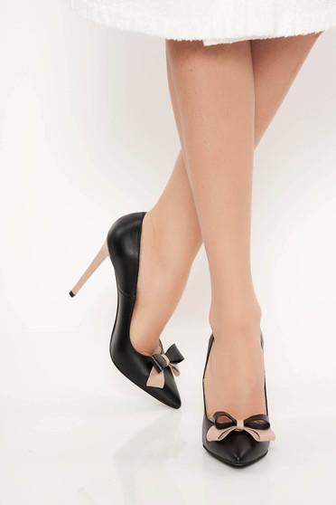 Fekete irodai cipő enyhén hegyes orral masni díszítéssel