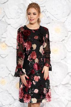 Hosszú ujjak rózsaszínű ruha virágmintás díszítéssel