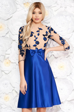 Virágmintás díszítésű kék ruha masni alakú kiegészítővel deréktól bővülő szabással