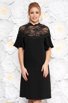 Fekete bő szabású ruha harang ujjakkal csipke díszítéssel