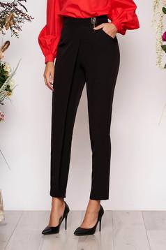 Fekete PrettyGirl elegáns magas derekú nadrág enyhén elasztikus szövetből fémes kiegészítő