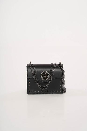 Fekete bőr táska fémes szegecsekkel hosszú lánc típusú pánttal