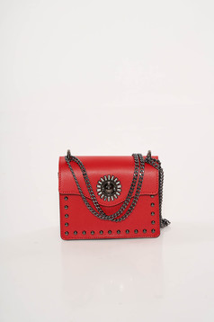 Piros bőr táska fémes szegecsekkel hosszú lánc típusú pánt valamint rövid