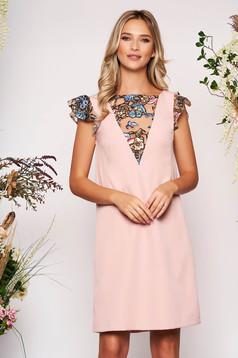 Rózsaszínű StarShinerS elegáns rövid egyenes ruha pillangó típusú ujjakkal flitteres díszítéssel