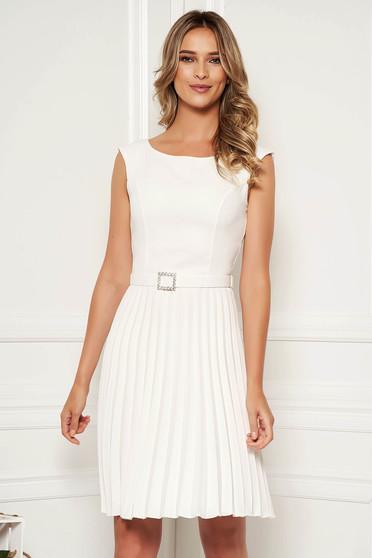 Fehér StarShinerS elegáns rakott, pliszírozott ruha ujjatlan övvel ellátva strasszos kiegészítővel ellátott