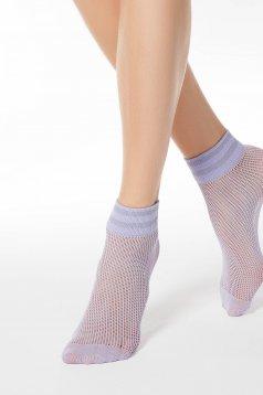 Lila háló típusú zoknik rugalmas anyagból fémes jellegű fényes anyag díszítéssel