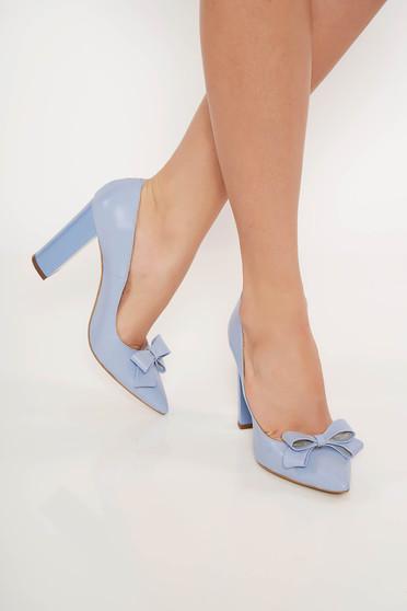 Világoskék irodai bőr cipő vastag sarok enyhén hegyes orral masni díszítéssel