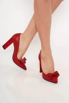 Piros irodai cipő vastag sarok enyhén hegyes orral masni díszítéssel