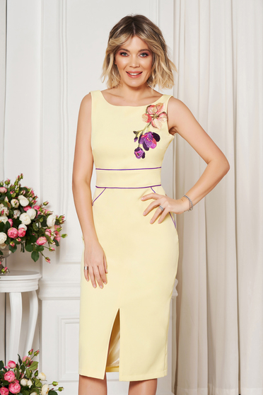 Sárga StarShinerS elegáns szűk szabású ruha hímzett betétekkel