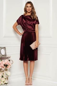 Burgundy StarShinerS elegáns rakott, pliszírozott harang midi ruha szatén övvel ellátva
