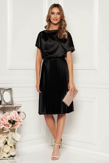 Fekete StarShinerS elegáns rakott, pliszírozott harang midi ruha szatén övvel ellátva