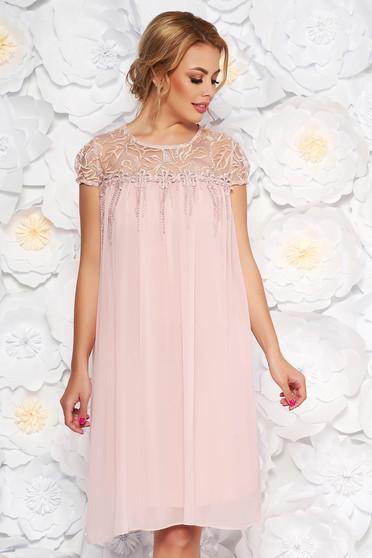 Rózsaszínű alkalmi bő szabású ruha fátyol és csipke anyag virágos díszekkel