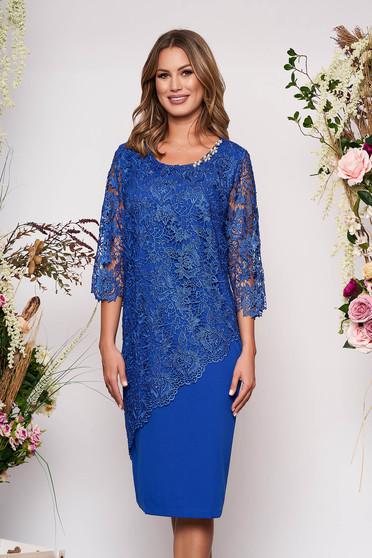 Kék alkalmi midi ruha 3/4-es ujjakkal szűk szabással enyhén elasztikus szövetből csipkés átfedéssel