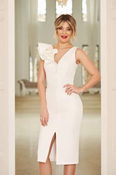 Fehér StarShinerS alkalmi ruha v-dekoltázzsal szűk szabás enyhén elasztikus szövet fodros