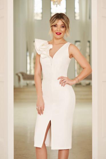 ce1ee24534 Fehér StarShinerS alkalmi ruha v-dekoltázzsal szűk szabás enyhén elasztikus  szövet fodros