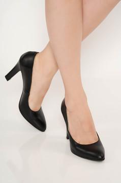 Fekete elegáns cipő magassarkú enyhén hegyes orral
