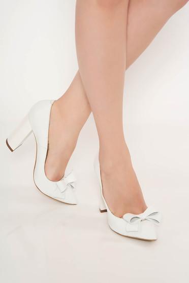 Fehér irodai cipő vastag sarok enyhén hegyes orral masni díszítéssel