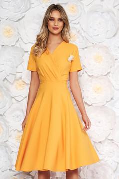 Sárga elegáns harang ruha vékony, rugalmas szövet bross kiegészítővel