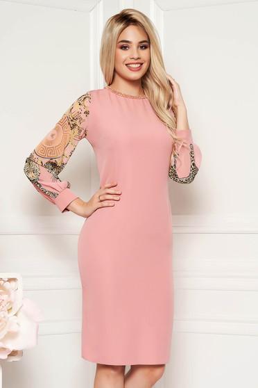 Rózsaszínű alkalmi ruha szűk szabás gyöngyös díszítés átlátszó ujj