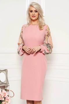 Rózsaszínű alkalmi ruha szűk szabással gyöngyös díszítéssel átlátszó ujjakkal