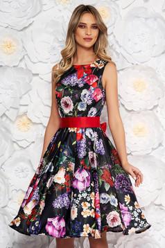 Fekete alkalmi deréktól bővülő szabású virágmintás midi ujjatlan ruha szaténból övvel ellátva