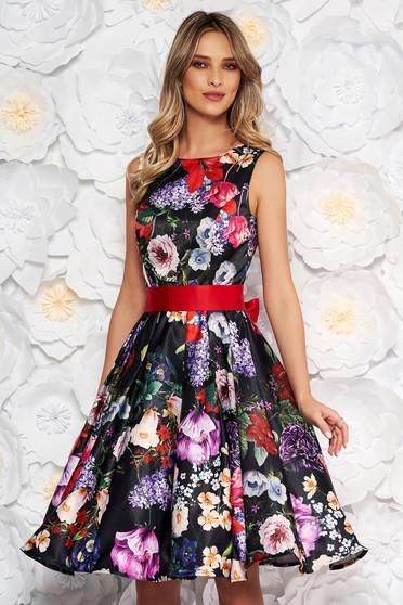 Fekete alkalmi szatén virágmintás harang ruha övvel ellátva