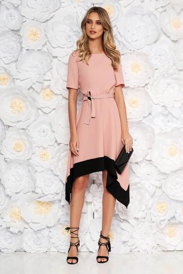 Rózsaszínű aszimetrikus harang ruha derékban rugalmas rövid ujjakkal övvel ellátva
