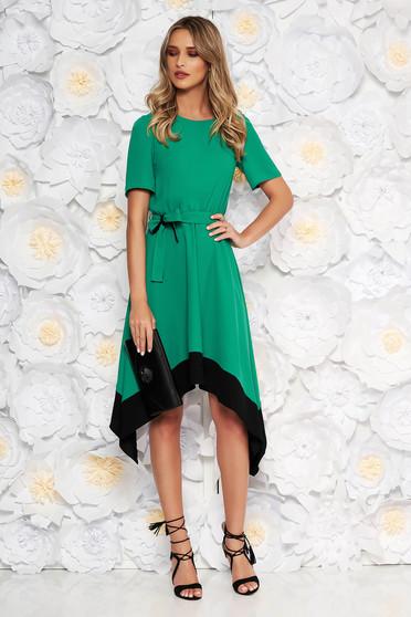 Zöld aszimetrikus harang ruha derékban rugalmas rövid ujjakkal övvel ellátva