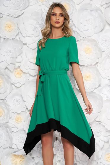 16fa182486 Zöld aszimetrikus harang ruha derékban rugalmas rövid ujjakkal övvel ellátva