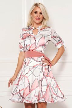 Rózsaszínű PrettyGirl elegáns harang ruha szatén anyagból grafikai díszítéssel övvel ellátva