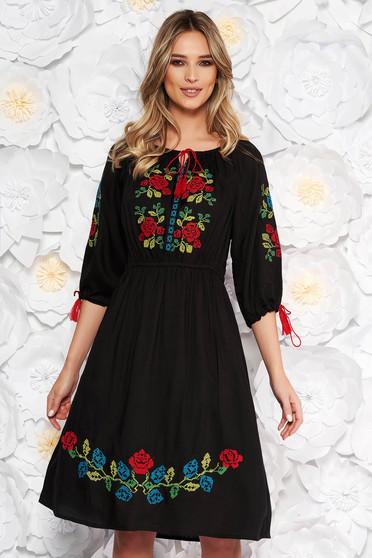 Fekete hétköznapi harang ruha derékban rugalmas nem elasztikus pamut elől hímzett