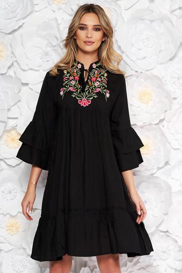 Fekete hétköznapi bő szabású ruha nem elasztikus pamut zsinórral van ellátva elől hímzett