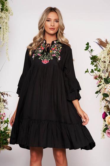 Fekete elől hímzett hétköznapi bő szabású ruha rugalmatlan pamutból zsinórral
