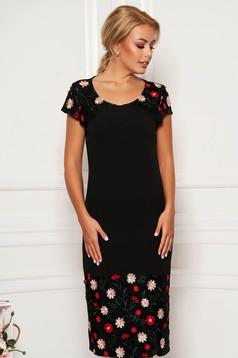 Fekete elegáns ceruza ruha rövid ujjakkal kerekített dekoltázzsal hímzett betétekkel flitteres díszítés