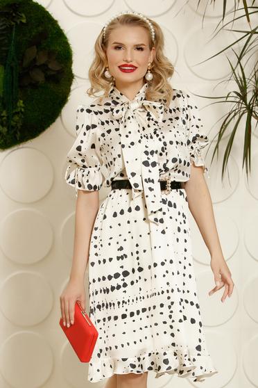 Fehér PrettyGirl elegáns hétköznapi ruha deréktól bővülő szabás öv típusú kiegészítővel szatén anyagból