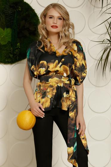 Fekete PrettyGirl elegáns bő szabású női blúz szatén anyagból virágmintás díszítéssel övvel ellátva