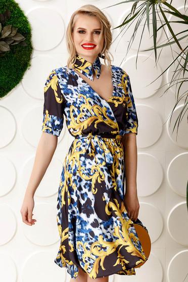 Kék PrettyGirl hétköznapi harang ruha v-dekoltázzsal övvel ellátva szatén anyagból