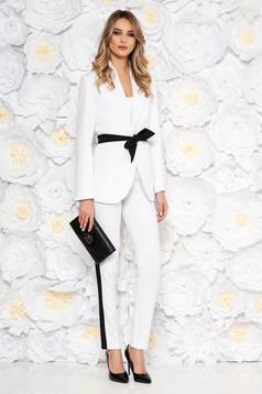 Fehér két részes női kosztüm karcsusított szabás övvel ellátva