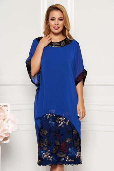 Kék elegáns női kosztüm egyenes szabás fátyol anyagátfedés hímzett betétekkel