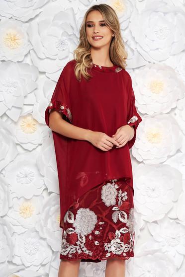 Burgundy elegáns női kosztüm egyenes szabás fátyol anyagátfedés hímzett betétekkel